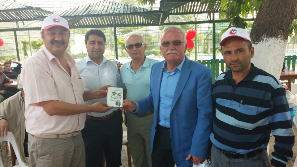 Belediye Başkanı Ömer Şengöl Uğur pamuk tarafından portresini alırken