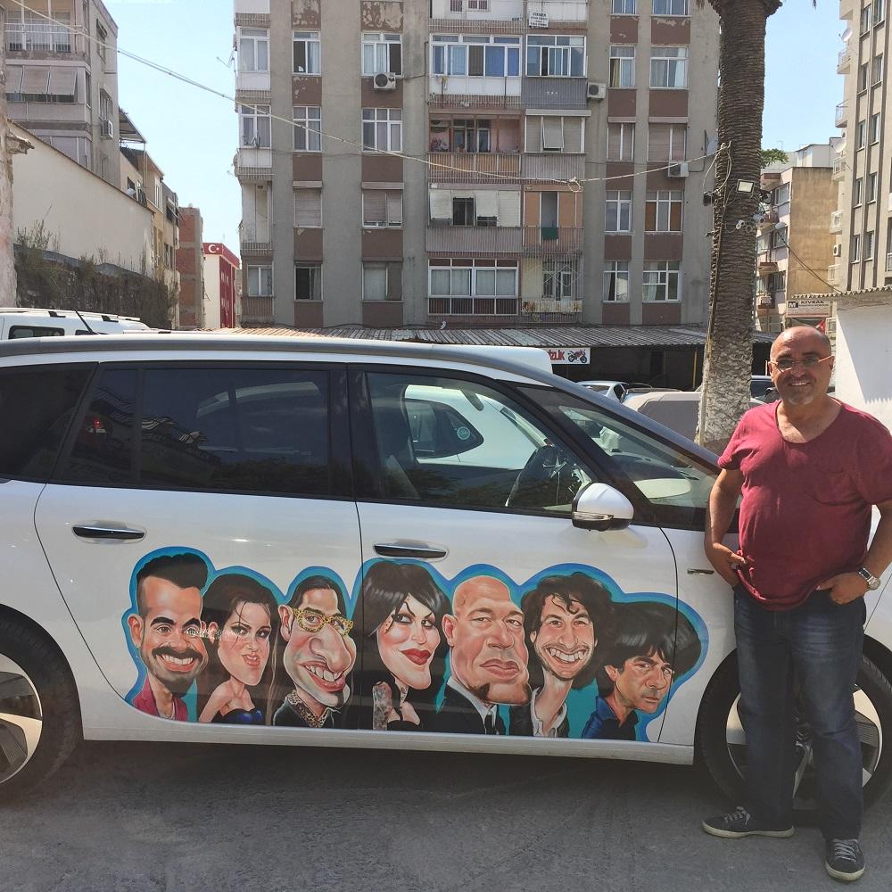 Tuncay Erol'un aracına portre karikatürler giydirilmiş harika