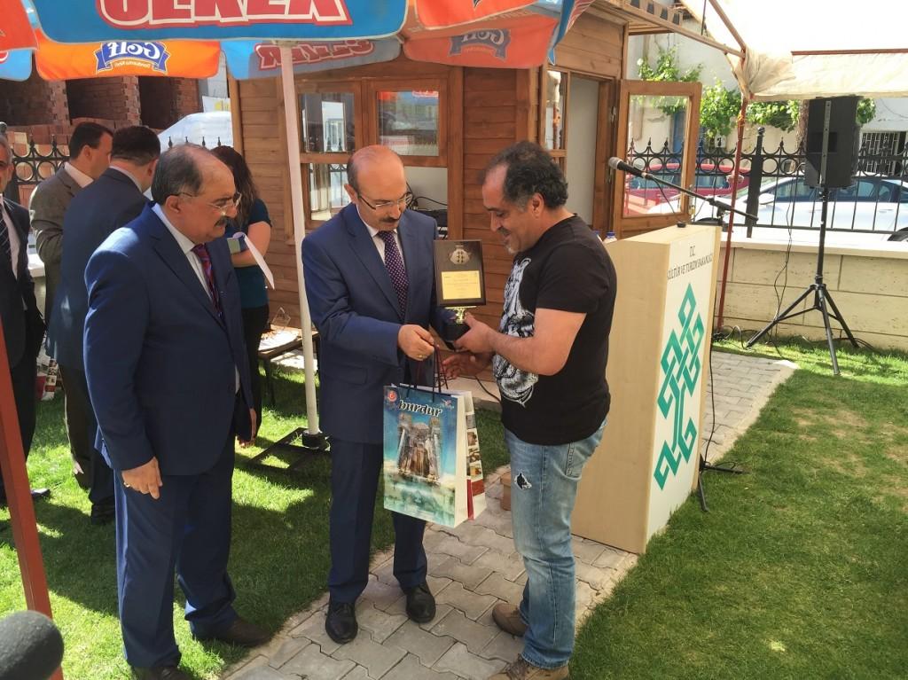 Burdur Valisi  Hasan Kürklü ödülü veriyor
