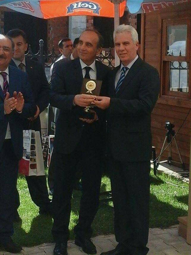Belediye Başkan Yardımcısı Hasan Duygulu Bursa'dan Mehmet Kahraman'a plaketi takdim ediyor.