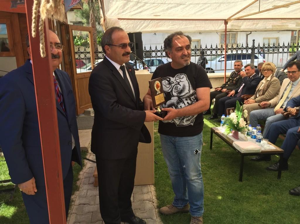 il özel idaresi özel Ödülünü Lütfü Çakın Burdur İL özel İdaresi Müdürü Servet Olpak'tan alıyor.