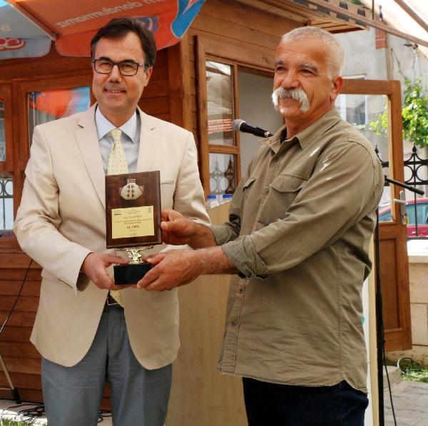 Baro Başkanı Ramazan Gedik 3cülük ödülünü  Sait Munzura veriyor.
