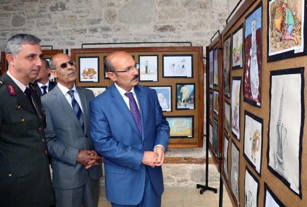 Burdur Valisi Hasan Kürklü Karikatür sergisini gözlemliyor.