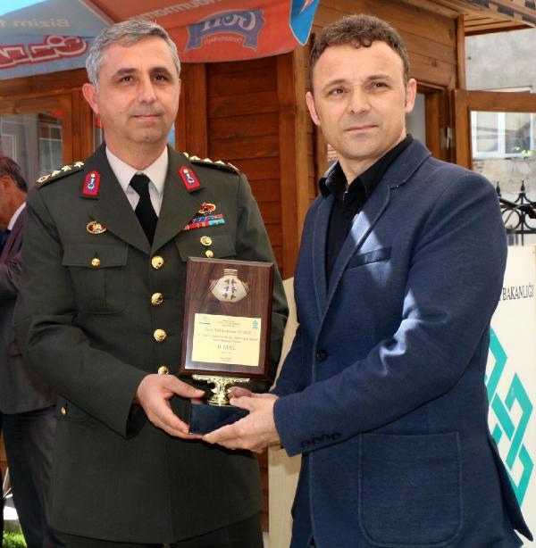 İl Jandarma Komutanı  Albay Tayfun Dündar  2 cilik ödülünü Halit Kurtulmuş Aytoslu'ya  veriyor.
