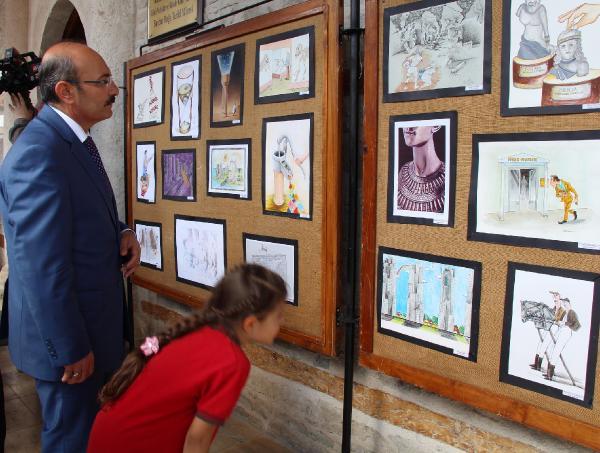 Burdur Valisi Hasan Kürklü Sergiyi izlerken