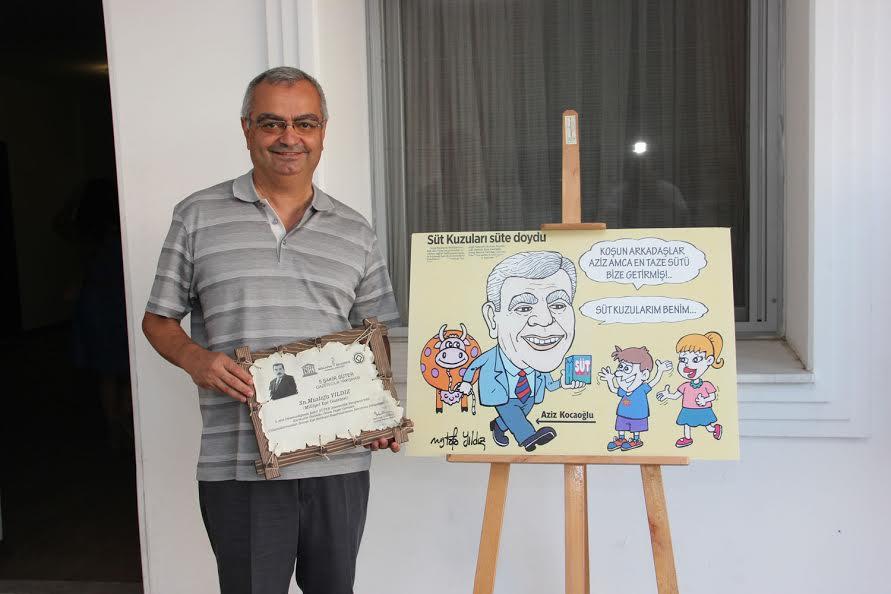 Mustafa Yıldız Ödüllü karikatürünün yanında