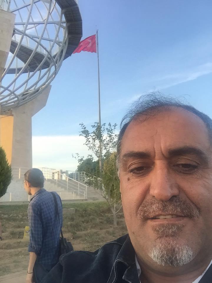 Dünya Barış Anıtının önünde selfi