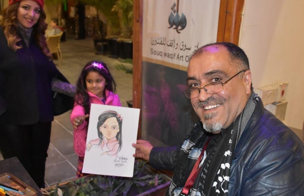 Qatar bahar festivalinde suriyeli küçük kız çocuğuyla