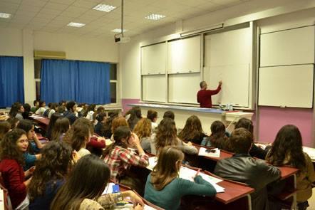 Mustafa Yıldız Öğrencilerine ders verirken